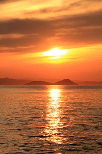 瀬戸内に沈む夕日の素材 [FYI00325111]