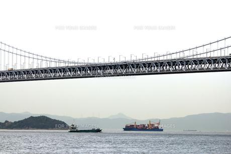 瀬戸大橋と行きかう船の素材 [FYI00325113]