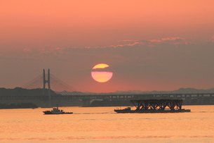 瀬戸大橋と夕日と漁船の素材 [FYI00325115]