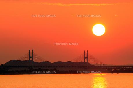 真っ赤な夕焼けと瀬戸大橋の素材 [FYI00325117]