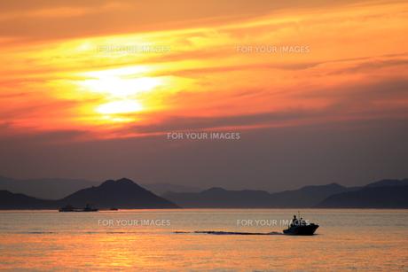 燃えるような夕日と漁船の素材 [FYI00325121]