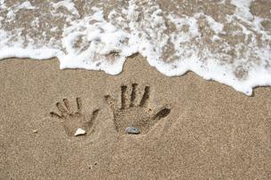 波打ち際の手形の写真素材 [FYI00325130]