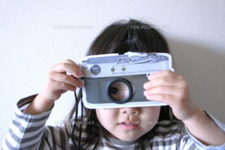 写真を撮る女の子の写真素材 [FYI00325133]