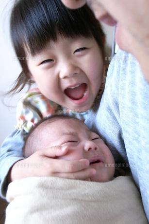 赤ちゃんをあやす姉の素材 [FYI00325136]