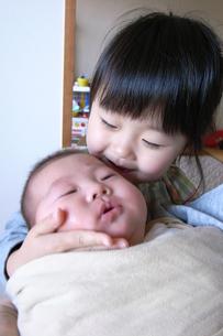 赤ちゃんをあやす姉の写真素材 [FYI00325139]