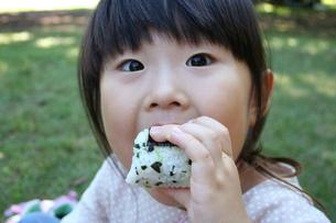 おにぎりをほおばる子供の写真素材 [FYI00325158]