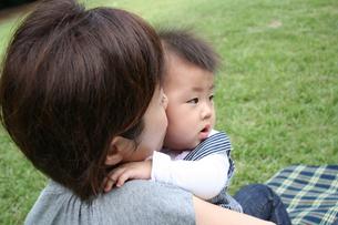 子供を抱く母親の素材 [FYI00325163]