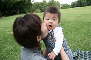 子供にキスする母親の写真素材 [FYI00325168]