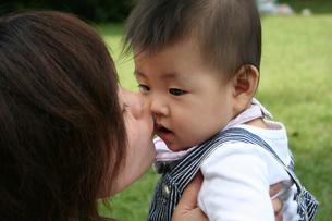 子供にキスする母親の写真素材 [FYI00325169]