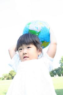 ボールを持つ女の子の写真素材 [FYI00325170]