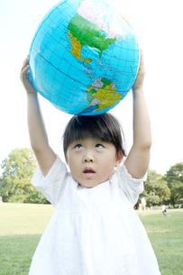 ボールを頭にのせる女の子の写真素材 [FYI00325173]