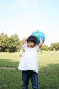 ボールで遊ぶ子供の写真素材 [FYI00325177]