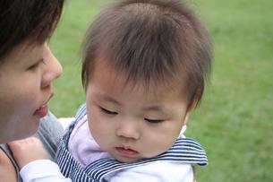 子供を抱く母親の素材 [FYI00325179]