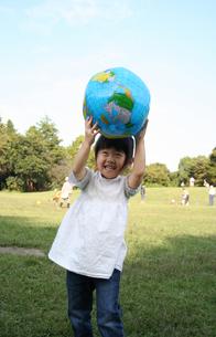 ボールで遊ぶ子供の写真素材 [FYI00325182]