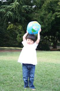 ボールで遊ぶ女の子の写真素材 [FYI00325183]