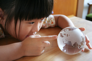 地球儀を覗きこむ女の子の写真素材 [FYI00325193]
