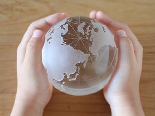 地球儀を持つ子供の写真素材 [FYI00325194]