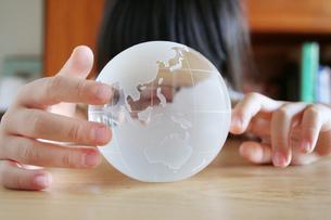 地球儀を見る女の子の写真素材 [FYI00325201]