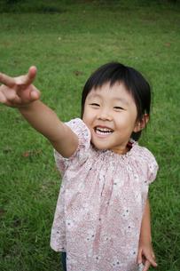 じゃんけんをする女の子の写真素材 [FYI00325212]