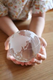 地球儀をもつ女の子の写真素材 [FYI00325216]