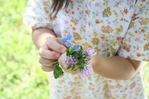 花束を持つ女の子の素材 [FYI00325221]