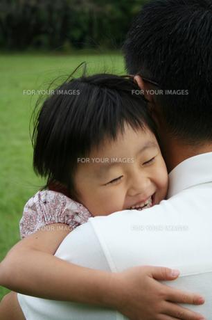 パパに抱きつく女の子の写真素材 [FYI00325222]