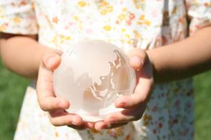 地球儀をもつ女の子の写真素材 [FYI00325225]