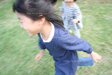 公園で遊ぶ姉妹の素材 [FYI00325229]