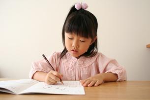 字の練習をしている女の子の写真素材 [FYI00325232]