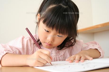 字の練習をしている女の子の素材 [FYI00325233]