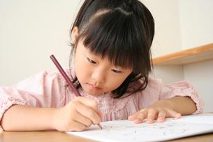 字の練習をしている女の子の写真素材 [FYI00325233]