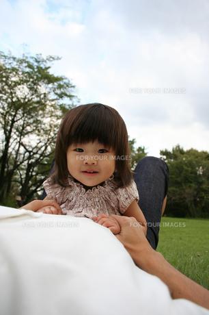 パパに抱かれる女の子の写真素材 [FYI00325234]