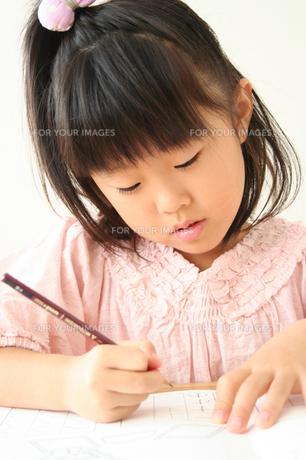 字の練習をしている女の子の素材 [FYI00325237]