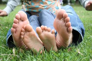 公園でパパと遊ぶ女の子の写真素材 [FYI00325238]