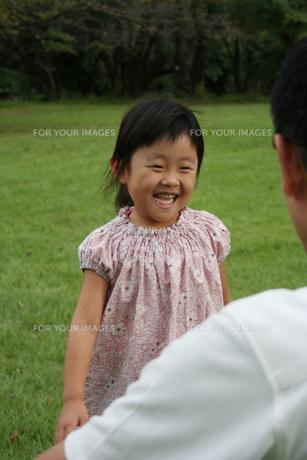 パパに駆け寄る女の子の写真素材 [FYI00325241]