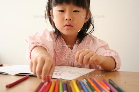 塗り絵をしている女の子の写真素材 [FYI00325242]
