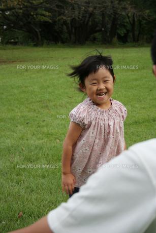 パパに駆け寄る女の子の写真素材 [FYI00325245]