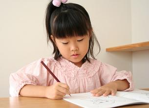 字の練習をしている女の子の写真素材 [FYI00325247]