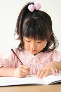 字の練習をしている女の子の素材 [FYI00325248]