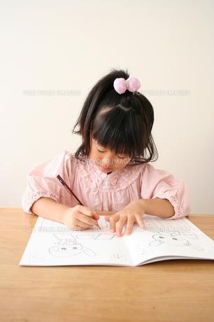 字の練習をしている女の子の素材 [FYI00325249]