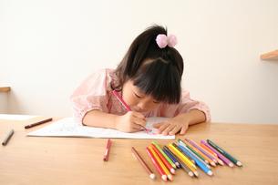 塗り絵をしている女の子の写真素材 [FYI00325250]