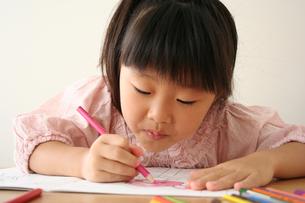塗り絵をしている女の子の写真素材 [FYI00325251]
