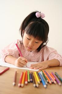 塗り絵をしている女の子の写真素材 [FYI00325252]