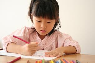 塗り絵をしている女の子の写真素材 [FYI00325253]