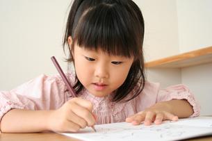 字の練習をしている女の子の写真素材 [FYI00325259]