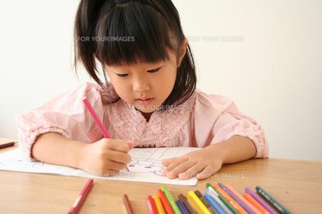 塗り絵をしている女の子の写真素材 [FYI00325262]