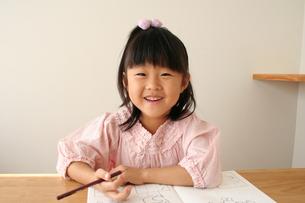 字の練習をしている女の子の写真素材 [FYI00325270]