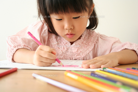塗り絵をしている女の子の写真素材 [FYI00325271]