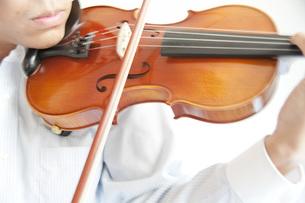 バイオリンの演奏の写真素材 [FYI00325396]