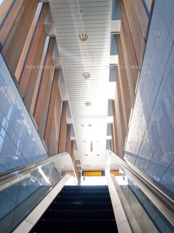 地下から地上へのエスカレーターの写真素材 [FYI00325433]